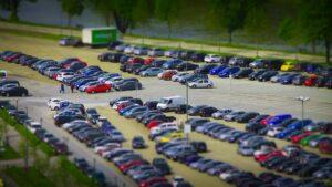 Parkolóhelyek a reptér mellett