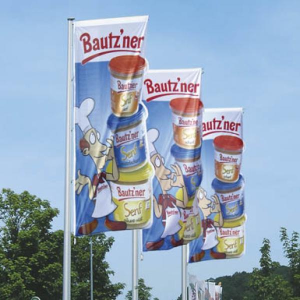 Az alumínium zászlórúd révén messziről látható a reklám