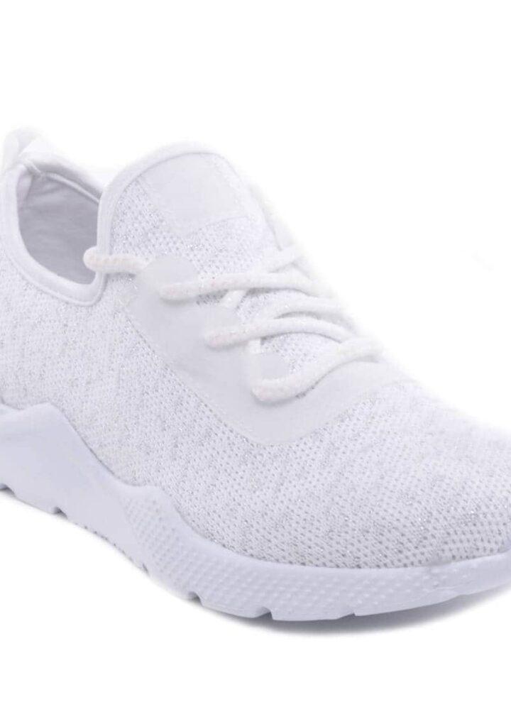 A fehér sportcipő szoknyával is hordható